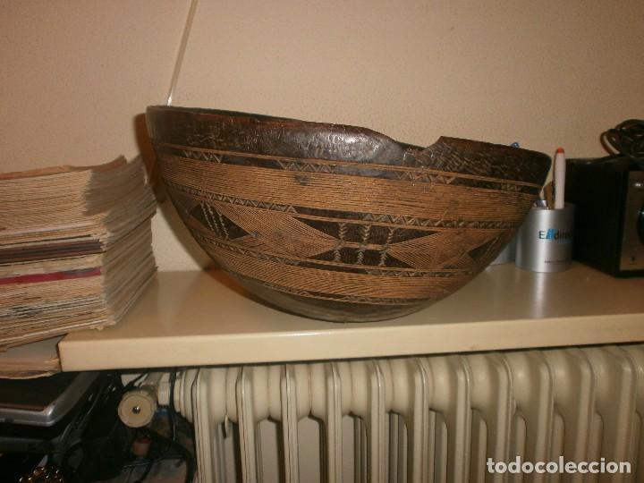 Arte: Fuente antigua cuenco de madera tallada con lañas artesanía Africana diámetro 38 cm. altura 18 cm. - Foto 2 - 99685175