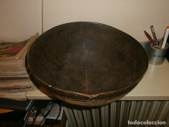 Arte: Fuente antigua cuenco de madera tallada con lañas artesanía Africana diámetro 38 cm. altura 18 cm. - Foto 3 - 99685175