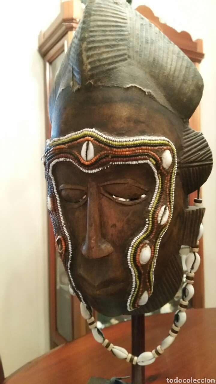 MASCARA AFRICANA BAULÉ. 1980. COSTA DE MARFIL. MADERA TALLADA. ABALORIOS Y ADORNOS MARINOS. SOPORTE. (Arte - Étnico - África)