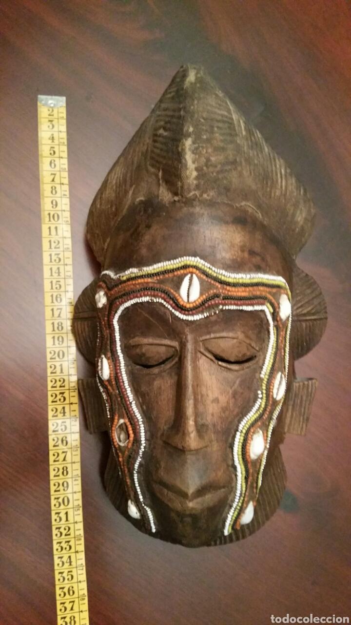 Arte: Mascara africana BAULÉ. 1980. Costa de Marfil. Madera tallada. Abalorios y adornos marinos. Soporte. - Foto 8 - 101040867