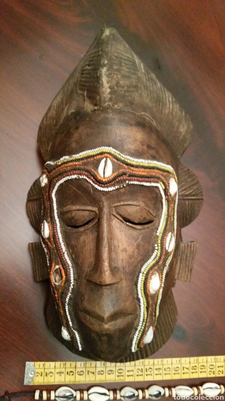 Arte: Mascara africana BAULÉ. 1980. Costa de Marfil. Madera tallada. Abalorios y adornos marinos. Soporte. - Foto 9 - 101040867