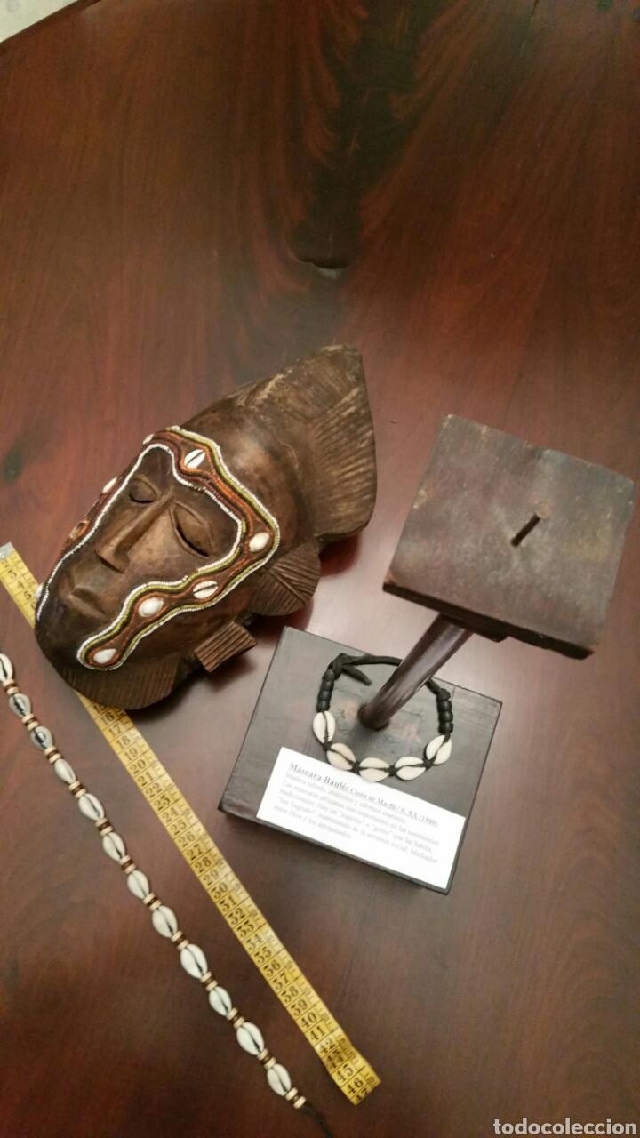 Arte: Mascara africana BAULÉ. 1980. Costa de Marfil. Madera tallada. Abalorios y adornos marinos. Soporte. - Foto 10 - 101040867
