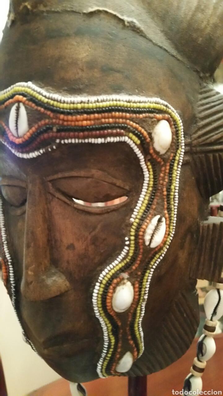 Arte: Mascara africana BAULÉ. 1980. Costa de Marfil. Madera tallada. Abalorios y adornos marinos. Soporte. - Foto 13 - 101040867
