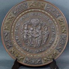 Arte: PLATO EN COBRE Y LATÓN REPUJADA CON TEMÁTICA HINDÚ PRINCIPIOS SIGLO XX. Lote 104797495