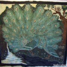 Arte: PRECIOSA PINTURA BATIK DE PAVOS REALES BORDADA CON HILO DORADO. Lote 105575015