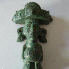 Arte: FIGURA AZTECA CON OFRENDA EN PIEDRA ARTIFICIAL. 23 CM ALT. 1,2 KG DE PESO.. Lote 109006483