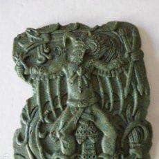 Arte: FIGURA AZTECA EN BAJORRELIEVE. PIEDRA ARTIFICIAL. 21 X26 CM - 1,3 KG DE PESO.. Lote 109006871