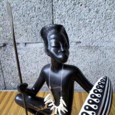 Arte: GUERRERO AFRICANO // DE PIEDRA O SIMILAR NEGRA LA LANZA DE LATÓN. Lote 112005263
