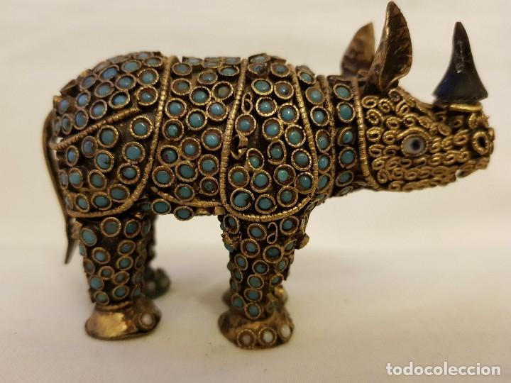 RINOCERONTE ORIENTAL DE LATÓN Y TURQUESA. SIGLO XX (Arte - Étnico - Asia)