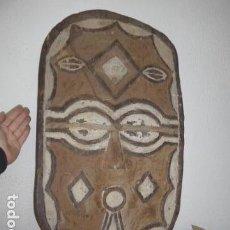 Arte: ANTIGUA GRAN MASCARA AFRICANA DE MADERA TALLADA O ESCUDO, ORIGINAL, DE TRIBU TEKE, CONGO Y GABON. Lote 113429671