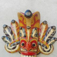 Arte: MASCARA MADERA DE INDONESIA BALI TAILANDIA REALIZADA A MANO 38 CM DE ALTURA DIBUJO SERPIENTES. Lote 116458903