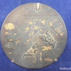 Arte: PLATO BRONCE PATINADO JAPON GRABADO INCISO DORADO RELIEVES CEREZOS HOMBRES COGIENDO HOJAS 24,5CMS. Lote 117096775