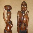 Arte: PAREJA DE CAZADORES / TALLADO EN MADERA DE MAHOGANY / GUINEA / LEER. Lote 127741843