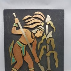 Arte: ANTIGUO CUADRO AZTECA HECHO DE MADERA Y MOSAICO DE METAL, ALDEANO LABRANDO EL CAMPO.. Lote 128824771