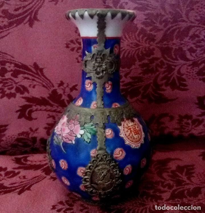 FLORERO DE PORCELANA CHINA CON FILIGRANA DE PLATA TIBETANA. (Arte - Étnico - Asia)