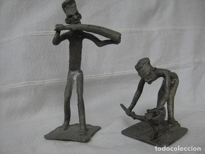 FIGURAS DE AGRICULTORES AFRICANOS EN CALAMINA DECORADA (Arte - Étnico - África)
