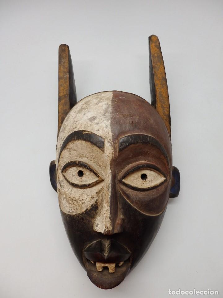 CURIOSA MÁSCARA DE MADERA CON CARA DE DEMONIO. GRANDE 39 CMS. (Arte - Étnico - África)