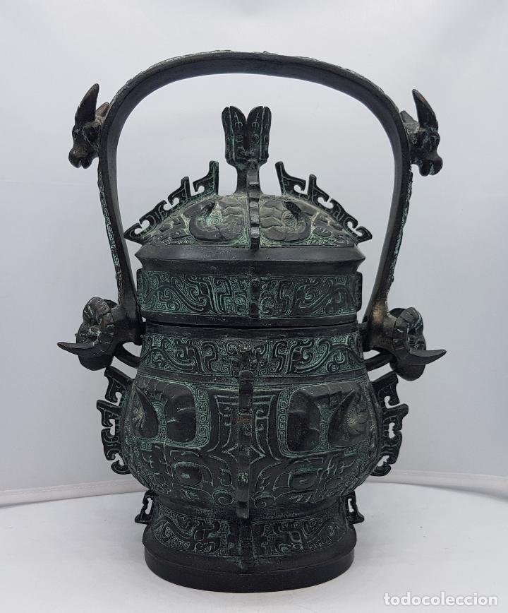 MAGNÍFICO INCENSARIO CHINO ANTIGUO EN BRONCE CON MOTIVOS ZOOMORFOS EN RELIEVE, SELLADO EN LA TAPA . (Arte - Étnico - Asia)