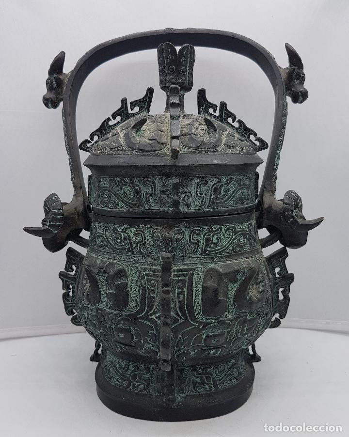 Arte: Magnífico incensario chino antiguo en bronce con motivos zoomorfos en relieve, sellado en la tapa . - Foto 3 - 134360297