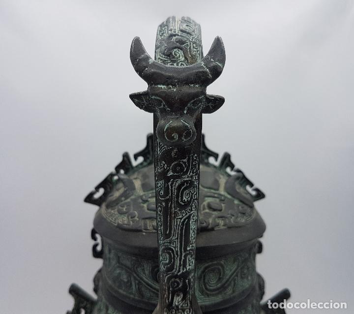 Arte: Magnífico incensario chino antiguo en bronce con motivos zoomorfos en relieve, sellado en la tapa . - Foto 5 - 134360297