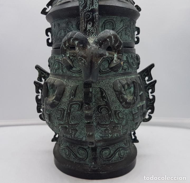 Arte: Magnífico incensario chino antiguo en bronce con motivos zoomorfos en relieve, sellado en la tapa . - Foto 6 - 134360297