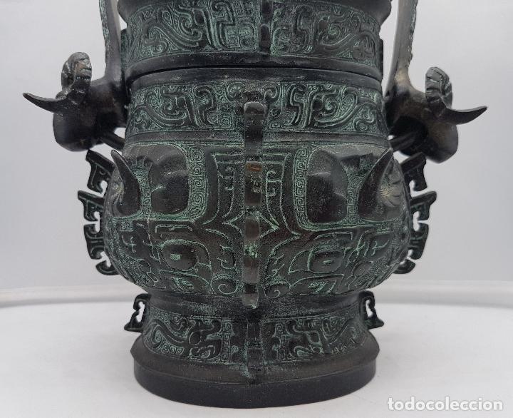 Arte: Magnífico incensario chino antiguo en bronce con motivos zoomorfos en relieve, sellado en la tapa . - Foto 8 - 134360297
