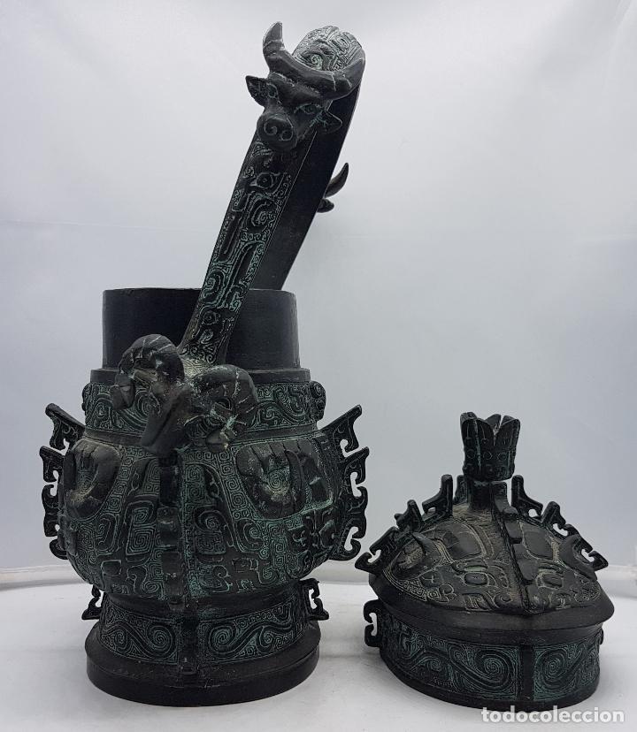 Arte: Magnífico incensario chino antiguo en bronce con motivos zoomorfos en relieve, sellado en la tapa . - Foto 9 - 134360297
