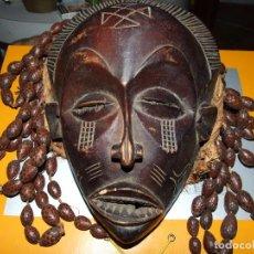 Arte: ANTIIGUA MASCARA CONGOLEÑA CHOKWE - CONGO AFRICA - BUEN ESTADO TRENZAS HECHAS DE FRUTO SECO. Lote 130729624