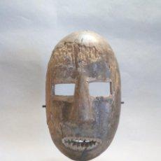 Arte: ARTE ÉTNICO AFRICANO. MASCARA KUMU / KOMO. CONGO. SOBRE ESTAND.. Lote 131616598