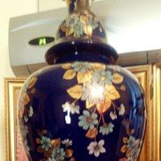 Arte: LAMPARA CHINO DE PORCELANA. DECORADA CON MOTIVOS FLORALES PINTADOS A MANO. CIRCA 1950. Lote 133708914
