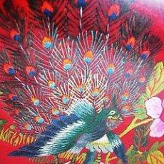 Arte: ANTIGUA SEDA ROJA CHINA CON FINOS BORDADOS - CUADRO ENMARCADO, CRISTAL - HAIKU, PAVO REAL, FLOR AVE. Lote 139562822