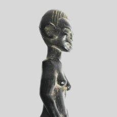 Arte: ANTIGUA FIGURA ESCULTURA MUJER AFRICANA EN MADERA DE ÉBANO CON PEANA 19 CM.. Lote 142936914