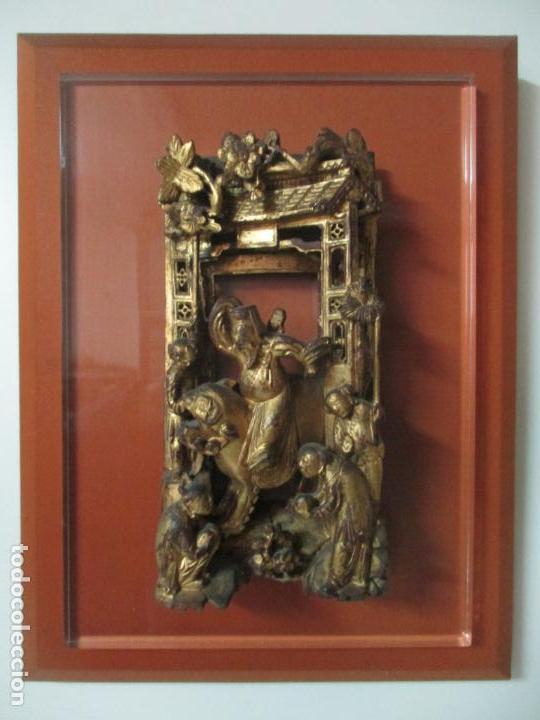 ANTIGUO RELIEVE ORIENTAL - CHINA - TALLA DE MADERA DORADA - SOBRE METRAQUILATO Y MARCO -S. XVIII-XIX (Arte - Étnico - Asia)