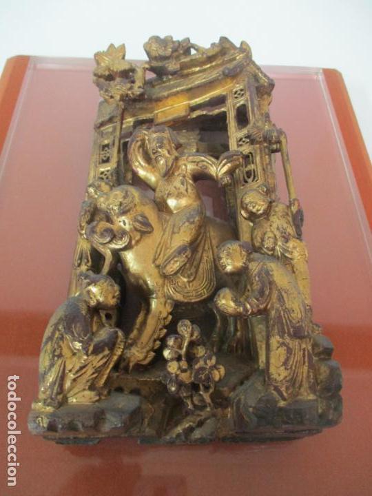 Arte: Antiguo Relieve Oriental - China - Talla de Madera Dorada - Sobre Metraquilato y Marco -S. XVIII-XIX - Foto 2 - 143744254