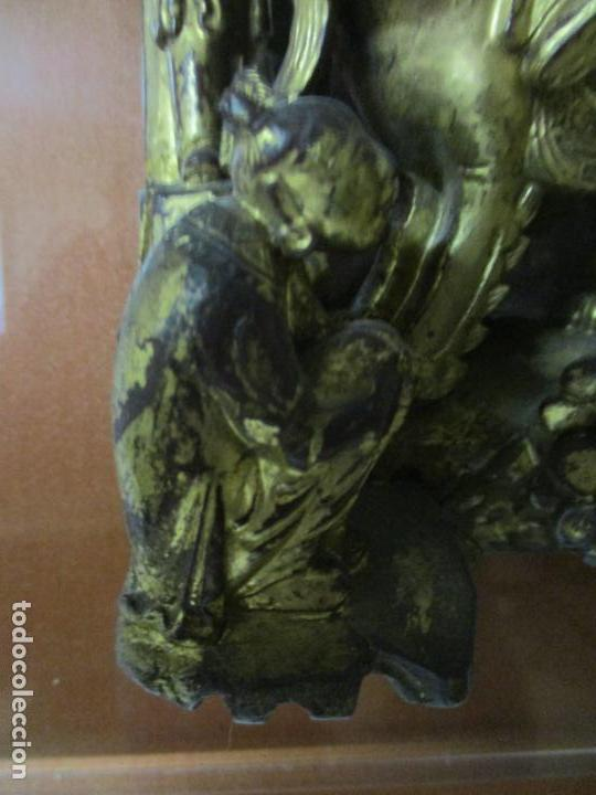 Arte: Antiguo Relieve Oriental - China - Talla de Madera Dorada - Sobre Metraquilato y Marco -S. XVIII-XIX - Foto 7 - 143744254