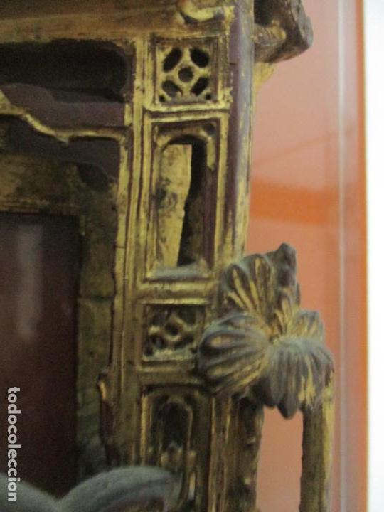 Arte: Antiguo Relieve Oriental - China - Talla de Madera Dorada - Sobre Metraquilato y Marco -S. XVIII-XIX - Foto 14 - 143744254