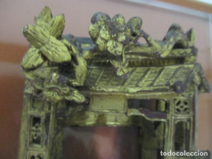 Arte: Antiguo Relieve Oriental - China - Talla de Madera Dorada - Sobre Metraquilato y Marco -S. XVIII-XIX - Foto 15 - 143744254