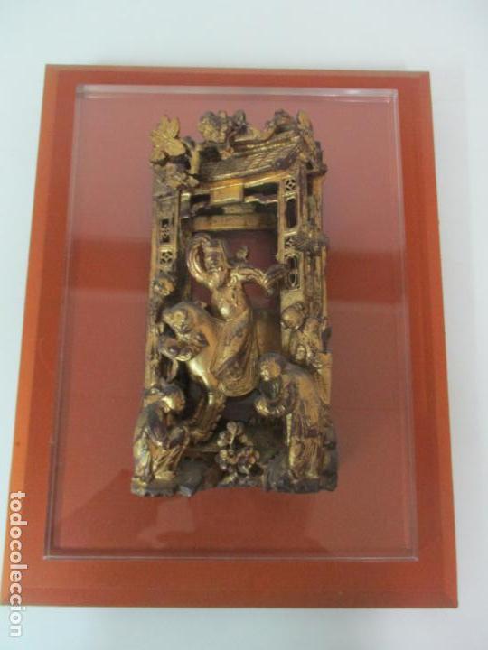 Arte: Antiguo Relieve Oriental - China - Talla de Madera Dorada - Sobre Metraquilato y Marco -S. XVIII-XIX - Foto 17 - 143744254