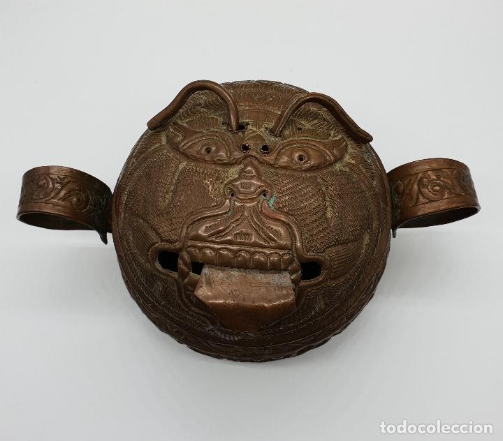 CURIOSO RECIPIENTE NEPALÍ PARA CONJUROS Y PÓCIMAS ANTIGUO EN COBRE CON MASCARA DEMONIACA REPUJADA . (Arte - Étnico - Asia)