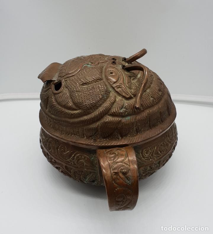 Arte: Curioso recipiente Nepalí para conjuros y pócimas antiguo en cobre con mascara demoniaca repujada . - Foto 2 - 145296274