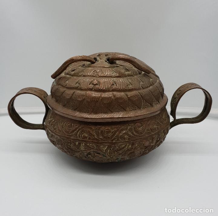 Arte: Curioso recipiente Nepalí para conjuros y pócimas antiguo en cobre con mascara demoniaca repujada . - Foto 3 - 145296274