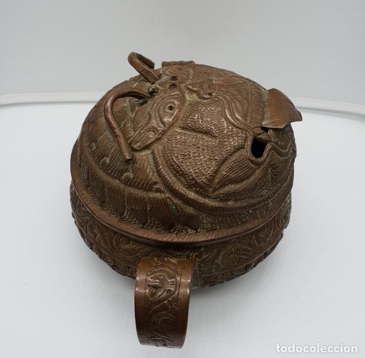 Arte: Curioso recipiente Nepalí para conjuros y pócimas antiguo en cobre con mascara demoniaca repujada . - Foto 4 - 145296274
