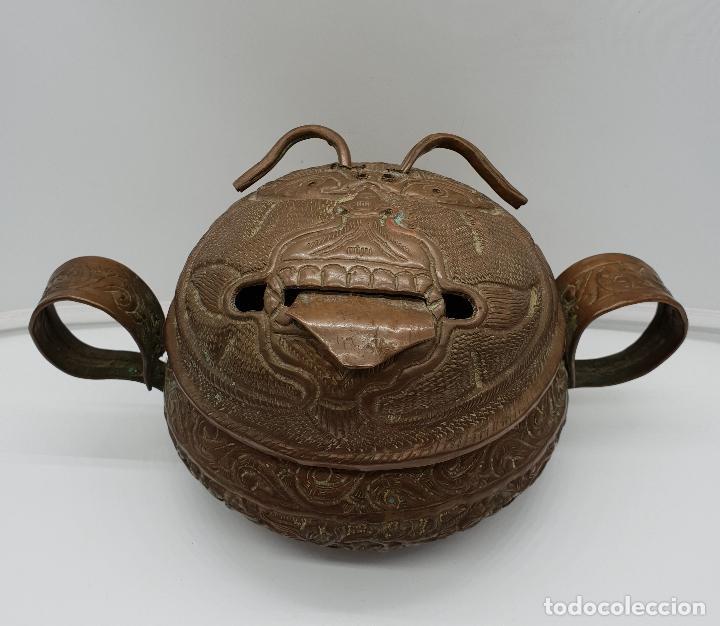 Arte: Curioso recipiente Nepalí para conjuros y pócimas antiguo en cobre con mascara demoniaca repujada . - Foto 5 - 145296274