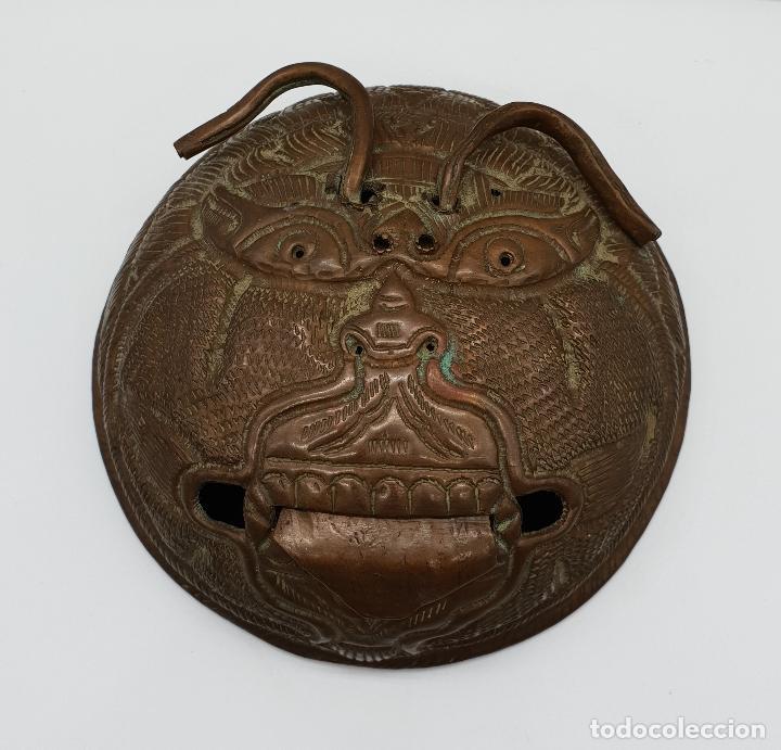 Arte: Curioso recipiente Nepalí para conjuros y pócimas antiguo en cobre con mascara demoniaca repujada . - Foto 6 - 145296274
