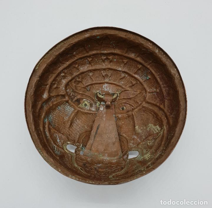 Arte: Curioso recipiente Nepalí para conjuros y pócimas antiguo en cobre con mascara demoniaca repujada . - Foto 7 - 145296274