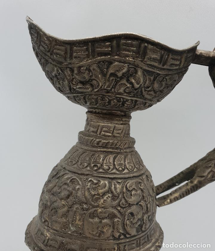 Arte: Magnífica jarra antigua de estilo otomano en metal cincelado y repujado, con asa zoomorfa y caracola - Foto 5 - 145296790