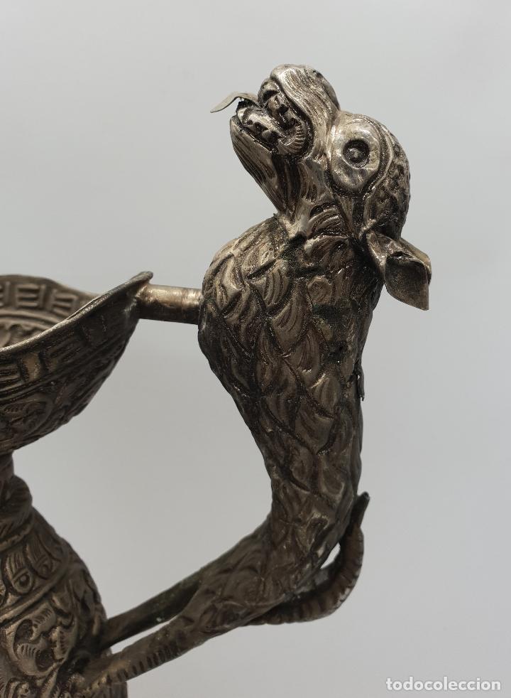 Arte: Magnífica jarra antigua de estilo otomano en metal cincelado y repujado, con asa zoomorfa y caracola - Foto 6 - 145296790