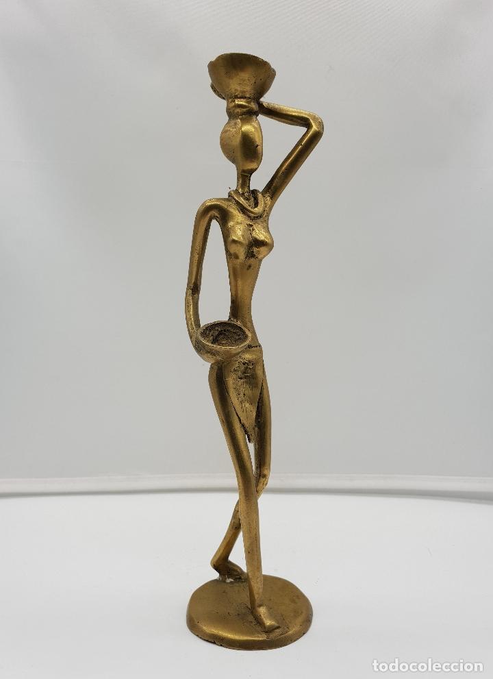 ESCULTURA ANTIGUA AFRICANA EN BRONCE DE NATIVA DE DAHOMEY PORTANDO CESTAS PARA FRUTA, HECHA A MANO . (Arte - Étnico - África)