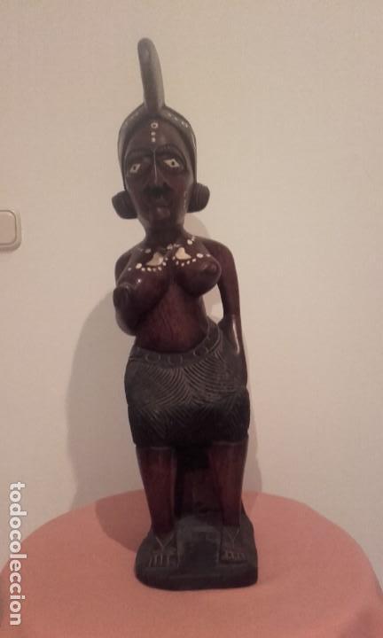 Arte: Mujer Africana / talla de madera con incrustaciones de hueso / 68,6 cms - Foto 3 - 148054782