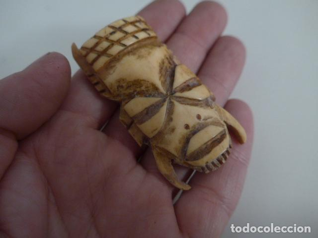 Arte: Antigua mascara pasaporte africana, amuleto original, de hueso tallado, de tribu de Africa - Foto 2 - 151521718
